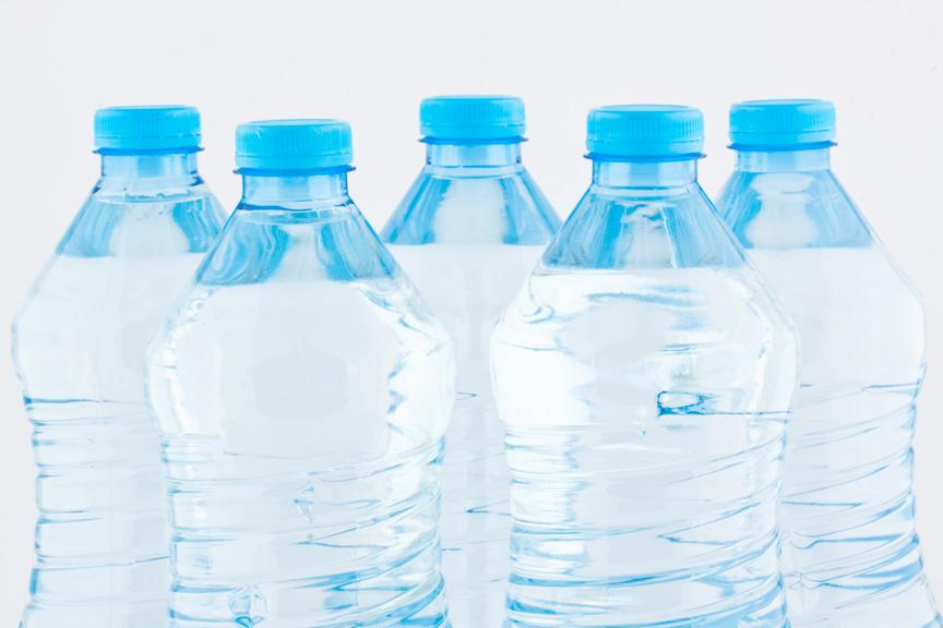 El consumo de agua embotellada deja huella  a nuestro alrededor y en nosotros